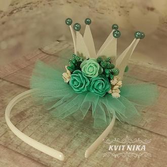 Біла корона з м'ятними квітами та фатином для дівчинки на ранок або фотосесію