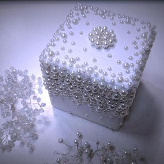 Скринька для обручок із перлинами.