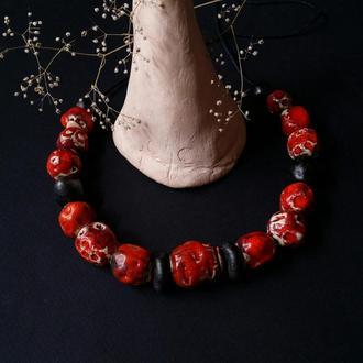 Красно-черные бусы из керамики ручной работы