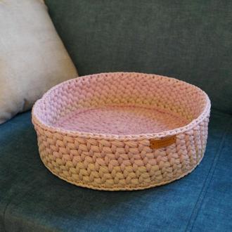 Розовая лежанка для кота или небольшой собаки. Вязанное лукошко
