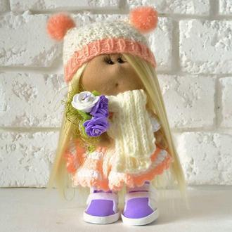 Лялька Тільда з букетом троянд і яскраво-рожевими бубонами