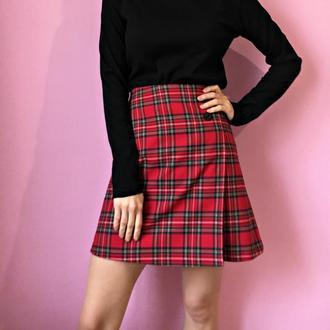 короткая красная клетчатая юбка,