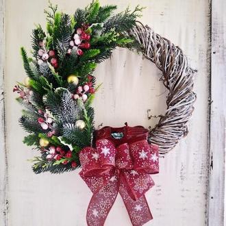 Різдвяний вінок, новорічний вінок, віночок в червоному, вінок на двері