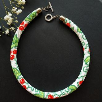 Белое с красными ягодами калины ожерелье жгут из бисера. Национальный украинский узор
