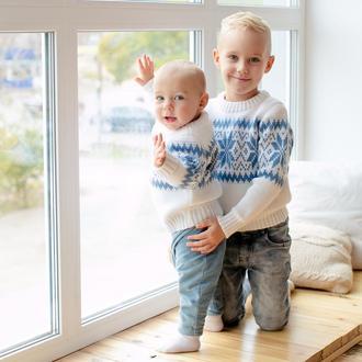 Детский свитер со снежинками белый голубой тёплый family look на новогоднюю фотосессию