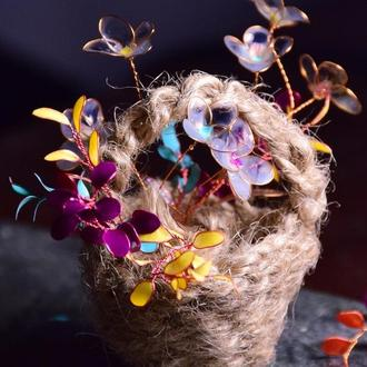 Лакові квіти в плетеній корзинці.