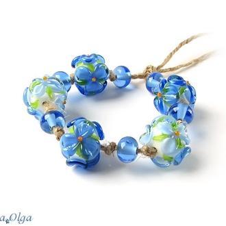Бусины Цветы светло-синие на белом лемпворк