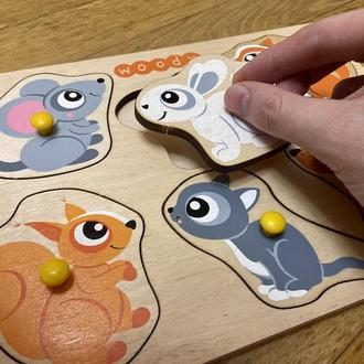 """Детская развивающая игрушка. Пазл-сортер с держателями из дерева Woody """"Малыши"""""""