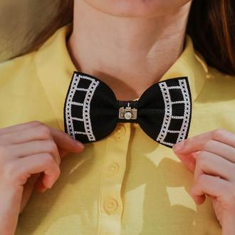 Черная галстук бабочка с фотоапаратом