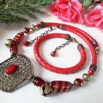 Колье и браслет из красной кожи и камней.
