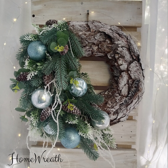 Хвойный Рождественский Новогодний венок на дверь с шариками ишишками на основе из коры сосны