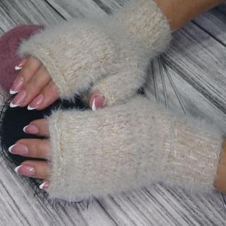 Пушистые митенки - молочно-бежевые перчатки без пальцев