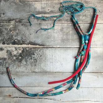 Длинное яркое шелковое ожерелье