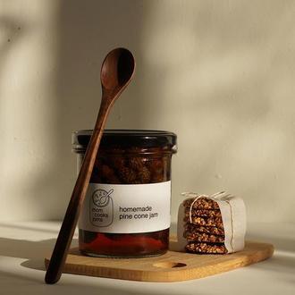 Варенье из сосновых шишек в комплекте с деревянной ложечкой. Подарочный набор