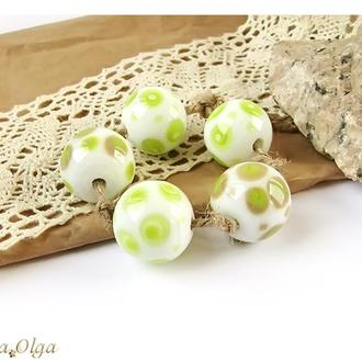 Бусины лэмпворк белые с зелеными горохами