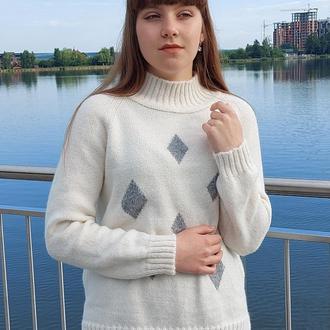 Белий вязаный свитер