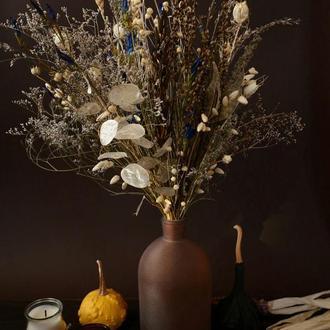 Букет из сухоцветов в вазе из матового янтарного стекла