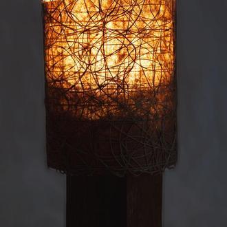 Светильник из дерева и декоративной сетки