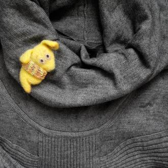 """Брошь """"Жёлтая собака в шарфе"""" из шерсти"""