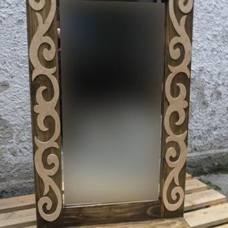 Зеркало с фигурными накладками и полкой