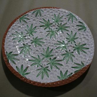 Керамічна тарілка з рослинним орнаментом.