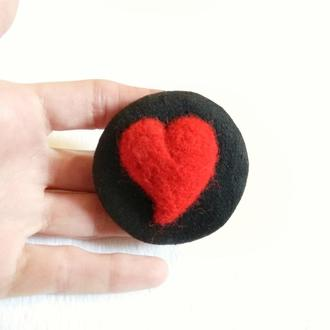 Черная брошь с красным сердцем