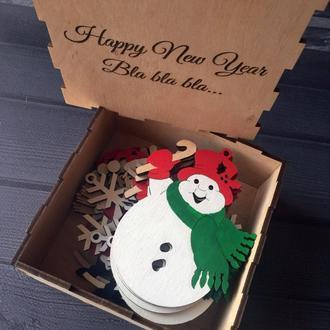 Новогодние цветные игрушки из дерева в праздничной коробке