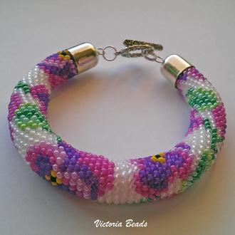 Белый браслет жгут из бисера с узором цветов Анютины глазки фиолетового цвета