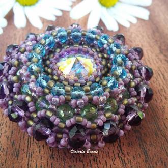 Круглая брошь с кристаллом сваровски и японским бисером