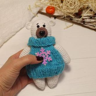 Белый мишка в голубом свитере