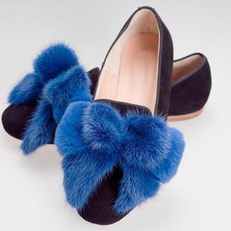 Меховые клипсы для обуви из натуральной норки — банты синего цвета электрик.