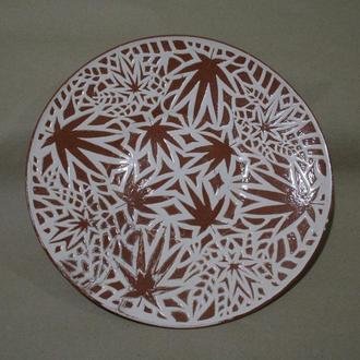 Керамічна тарілка з рослинним орнаментом, 26см.