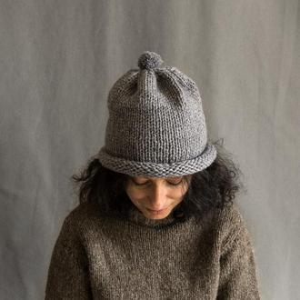 Темно-серая шапка с бубоном