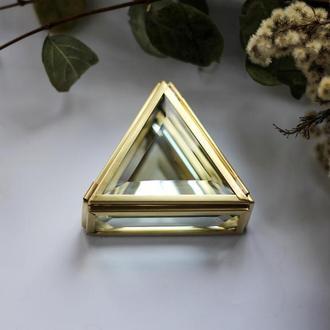 Маленькая треугольная шкатулка в латунном профиле