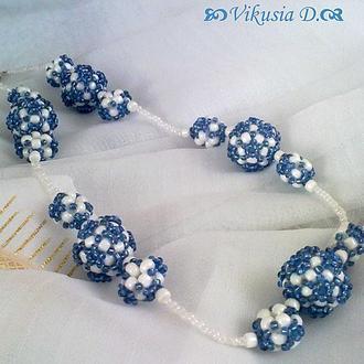 Бусы голубые с белым из бисера