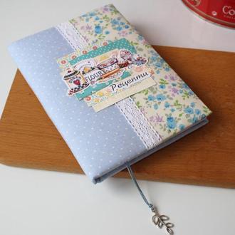 Кулінарна книга з блакитними квітами