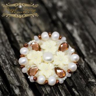 Брошь из натуральных белых жемчужин и кристаллов