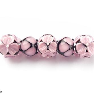 Бусины «Цветы розовые на черном»