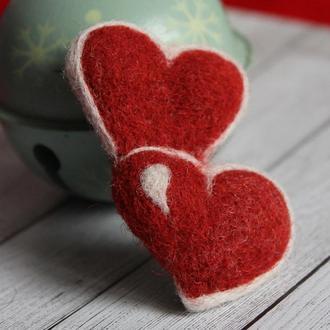 Валяная брошь в форме сердечек