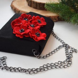 Сумка фетрова чорна з червоними квітами брошками на подарунок