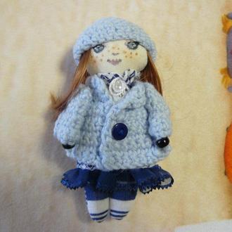 Маленькая куколка- брошка