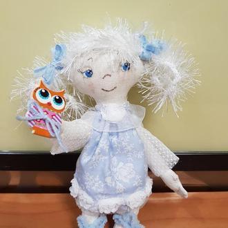 Маленькая текстильная куколка.