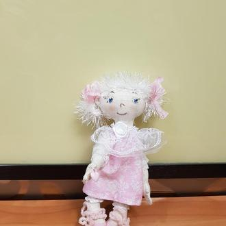 Маленькая текстильная кукла