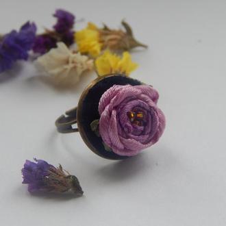 Кольцо декорированное вышивкой лентами.