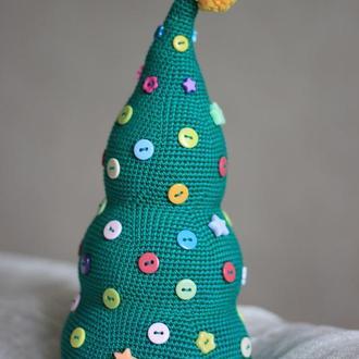 Вязаная елочка с разноцветными пуговичками
