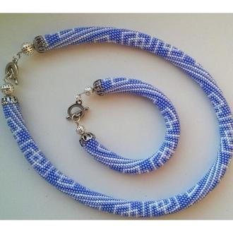 Набор украшений из бисера браслет и жгут голубого цвета с узорами