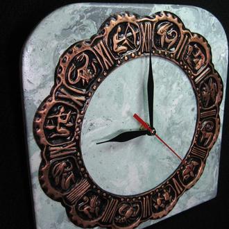 """Часы настенные """" Малахит. Астрология"""" из декоративного бетона с медной чеканкой."""