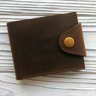 Маленький аккуратный мужской кошелёк на кнопке