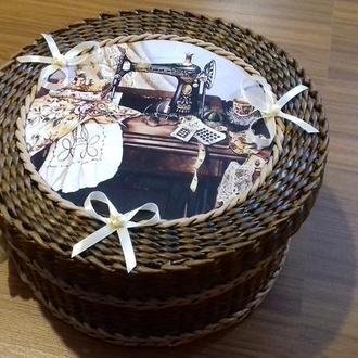 Плетеная шкатулка для швейных принадлежностей.