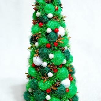 Декоративная новогодняя елка-топиарий из сизалевых шариков